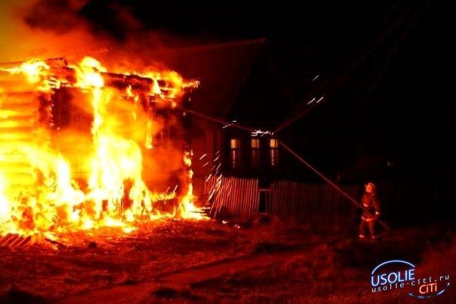 В Усольском районе пожарные спасли от огня двухквартирный частный дом