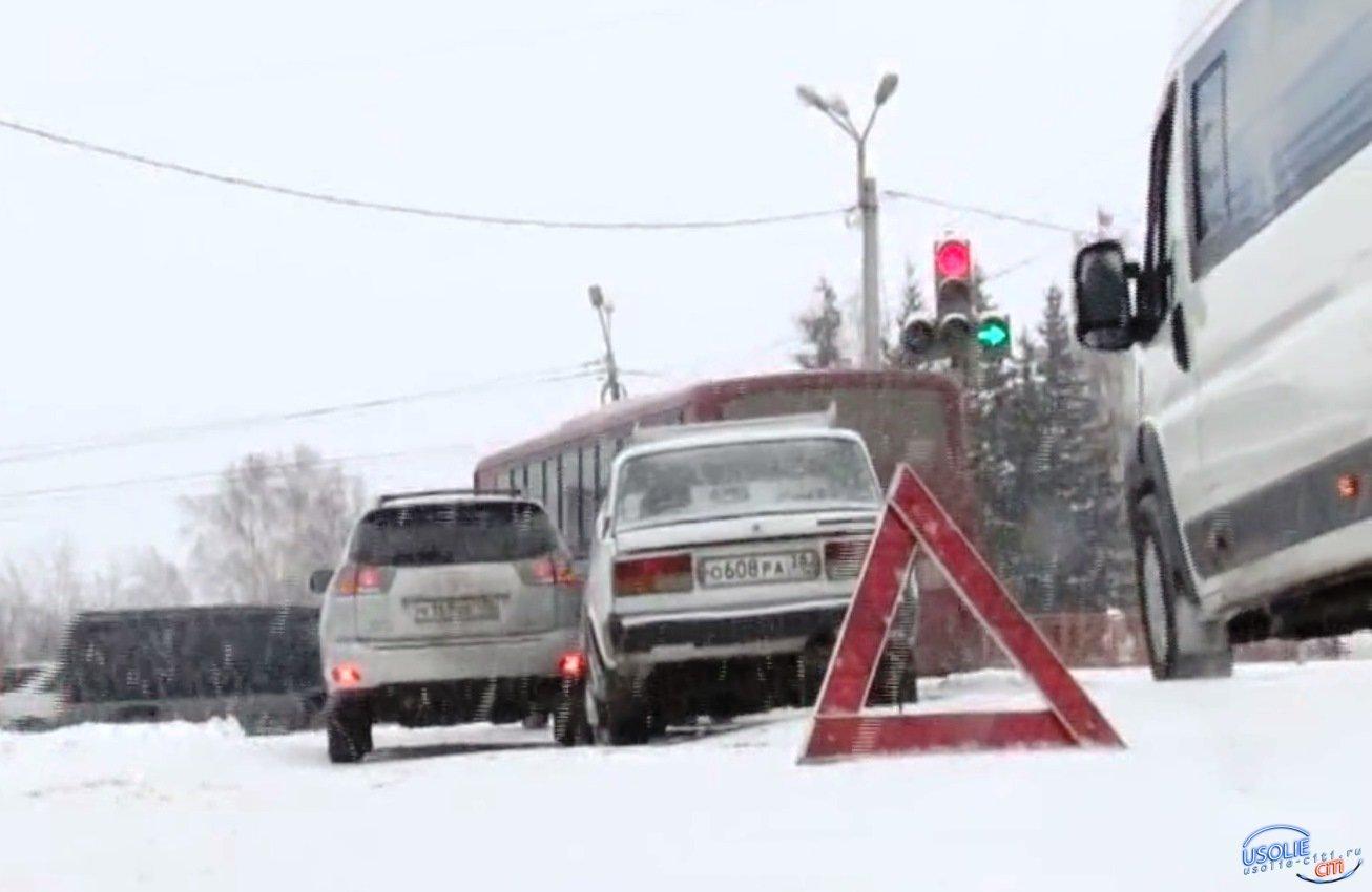 В Усолье из-за плохой подсыпки дорог столкнулись четыре машины, а пенсионерка поскользнулась на пешеходном переходе
