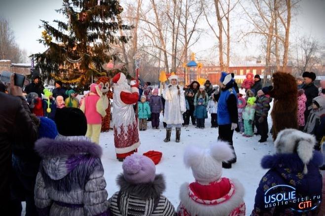 Большой новогодний праздник состоялся на улице Стопани. Сюрпризы от депутата Павла Неудачина