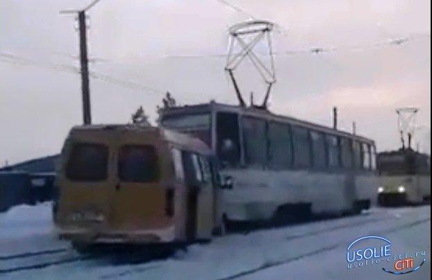 В Усолье столкнулись трамвай и маршрутка. Пострадавшие пассажиры доставлены в больницу