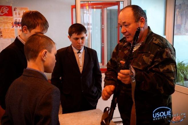 Ветеран МВД учит усольских юнармейцев обращаться с оружием