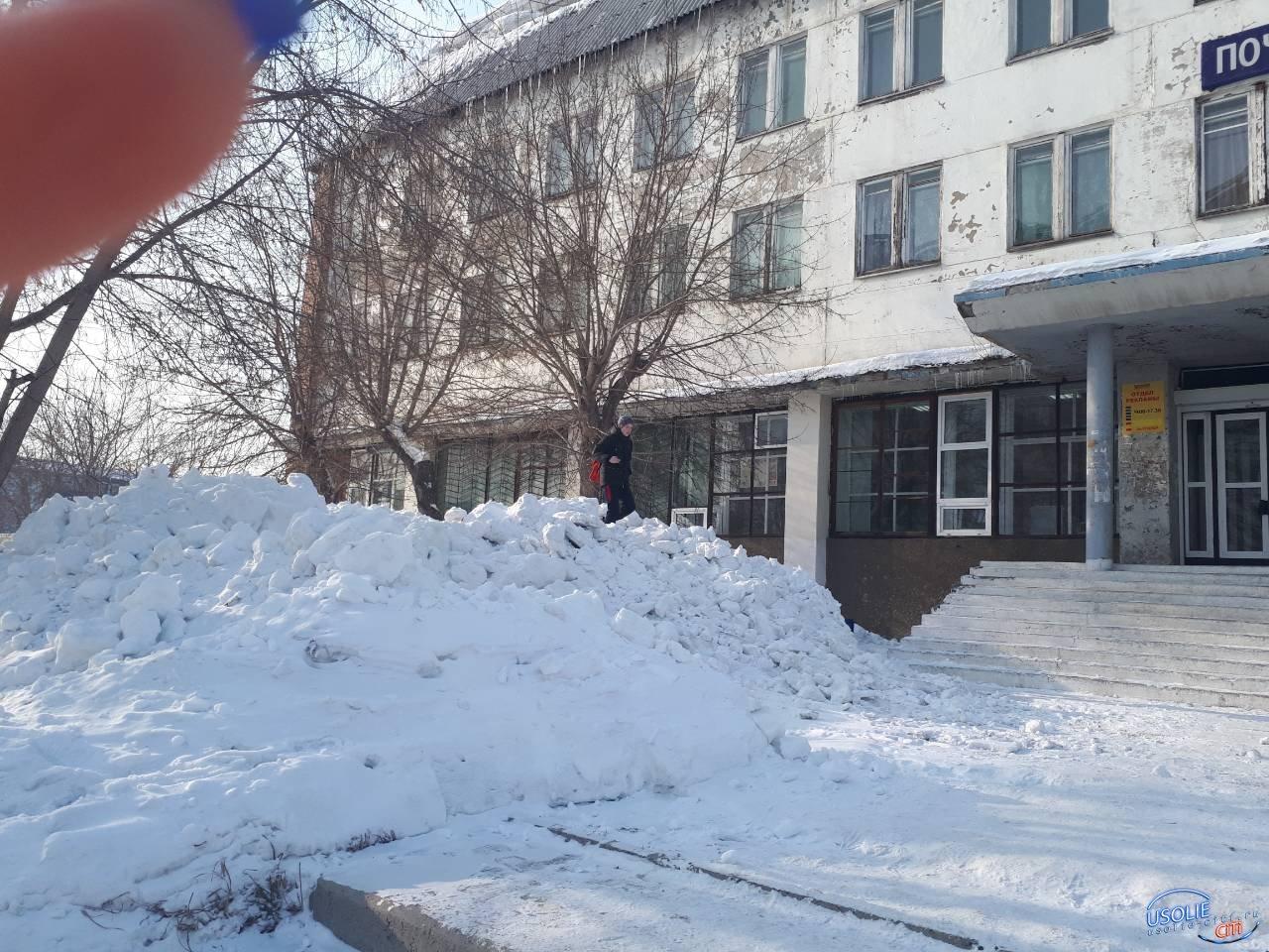 Сугробы-баррикады в Усолье повсюду