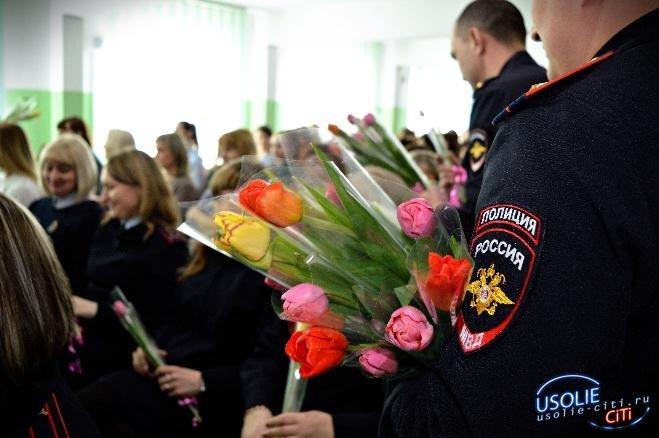 Торжественный рапорт в честь Международного женского дня состоялся в Межмуниципальном отделе МВД России «Усольский»