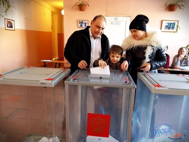 Усольчане активно голосуют.  На участках - очереди.  Голосование смотрите в режиме онлайн - ссылка в этой статье