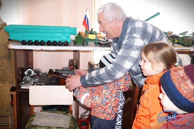 Усольских детей учили стрелять из лазерного пистолета