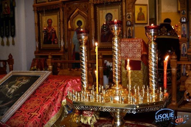 Усольская тусовка с зажженными свечами в Светлую Пасху возле храма