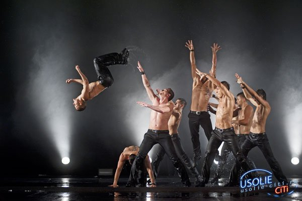 Впервые на сцене усольского Дворца культуры артисты танцевали под дождем