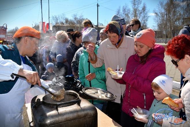 Горшочек, вари: Спасатели накормили усольчан кашей гречневой с маслом и с тушенкой