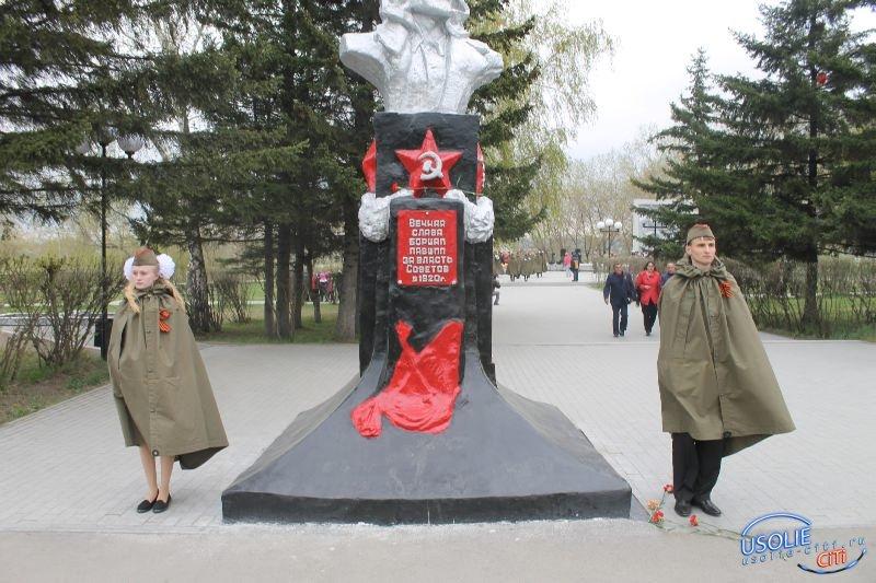 Юные усольчане несут Вахту Памяти возле Мемориала
