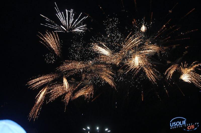 Вечерний праздник: Зажигательные песни, танцы, поздравления и салют - Усолье отметило День Победы