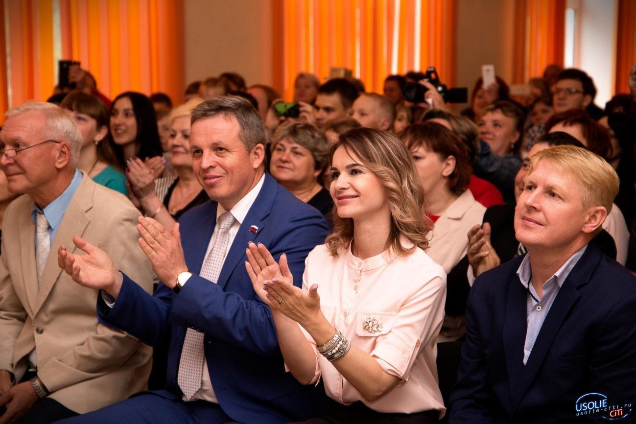 Каждой школе в честь окончания учебного года фонд Павла Сумарокова вручил подарок