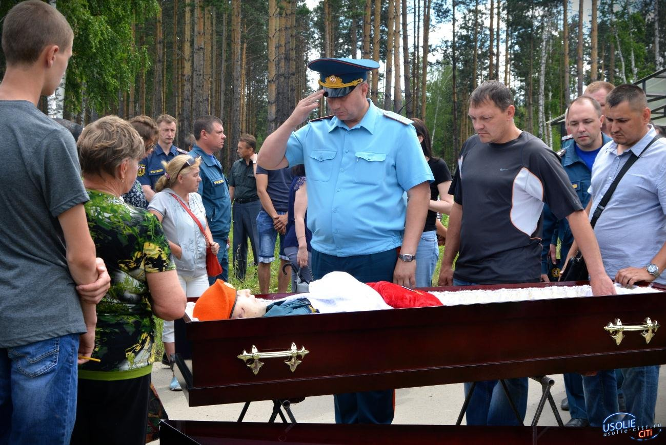 Фотоотчет: Усольчане простились с пожарным, погибшим при исполнении