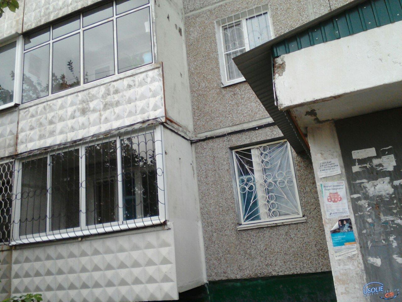Усольчанин при попытке залезть на свой балкон угодил на асфальт