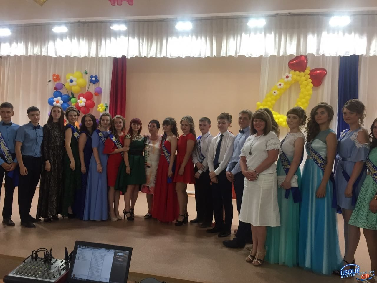 Золотые медали за успехи в учебе получили 62 усольских выпускника