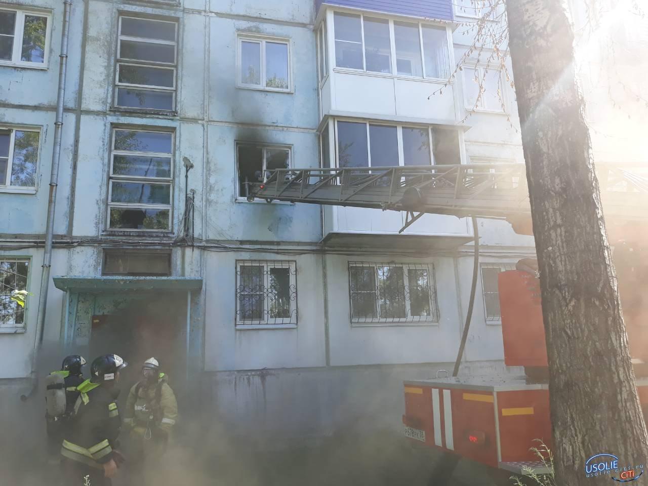 В Усолье  по улице Луначарского в многоквартирном доме горит квартира