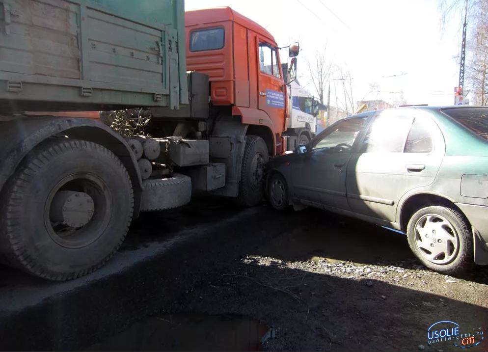 В Усольском районе Ниссан столкнулся с Камазом. В аварии травмы получил водитель Камаза