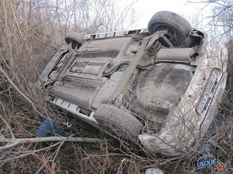 В Усольском районе автоледи бросила свой Ниссан перевернутым после ДТП