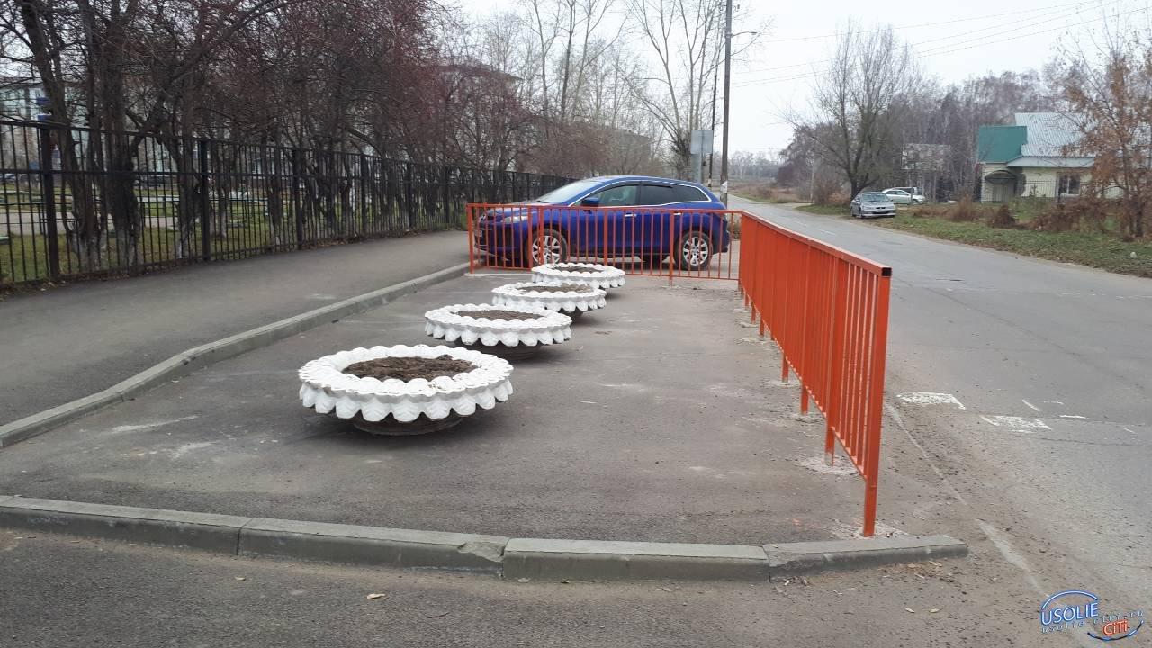 Выход найден.  Огражденные несостоявшиеся усольские парковки превращены в мини клумбы
