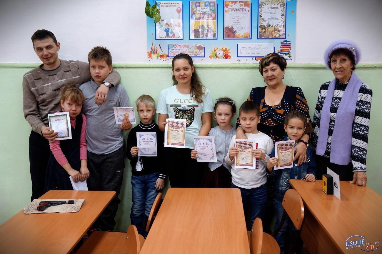 Семеро детей и трое взрослых боролись с усольском турнире по шашкам