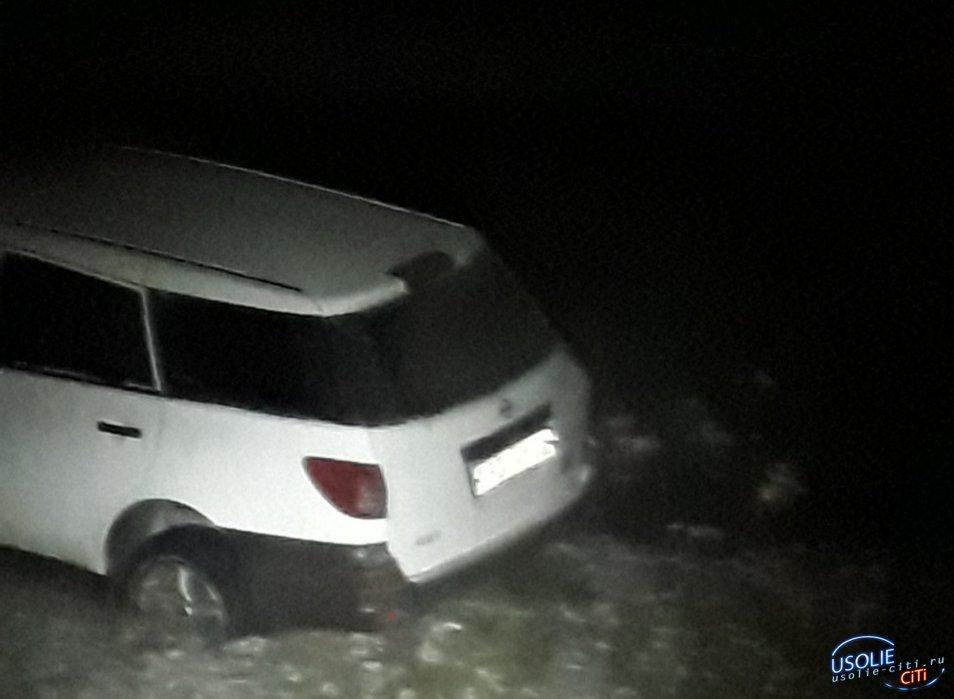 Пока усольчанин рыбачил, его автомобиль вморозило в наледь