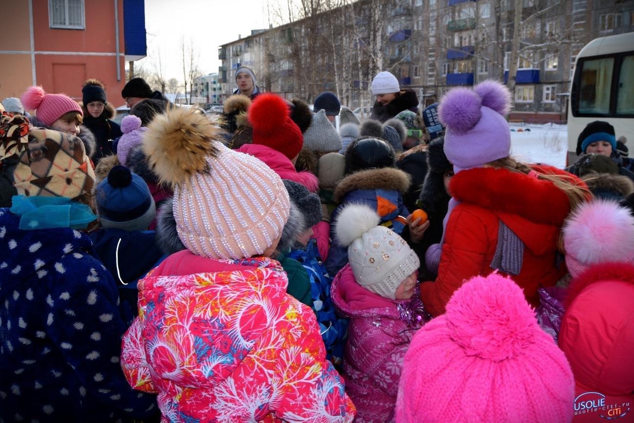 150 килограммов мандаринов, 50 килограммов шоколадных конфет раздали детям на елке от Павла Неудачина