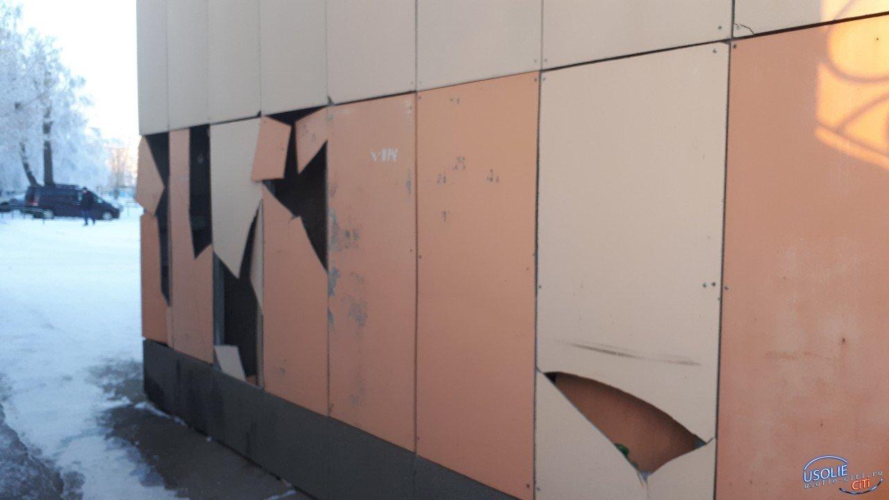 Вот уроды! Кто разодрал стену усольского магазина?