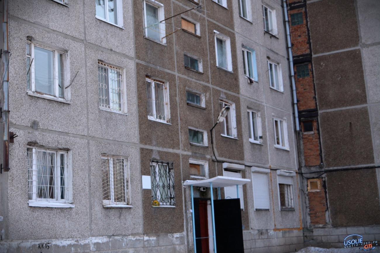 Житель усольского общежития обрезает провода и кидает камни в окна соседям