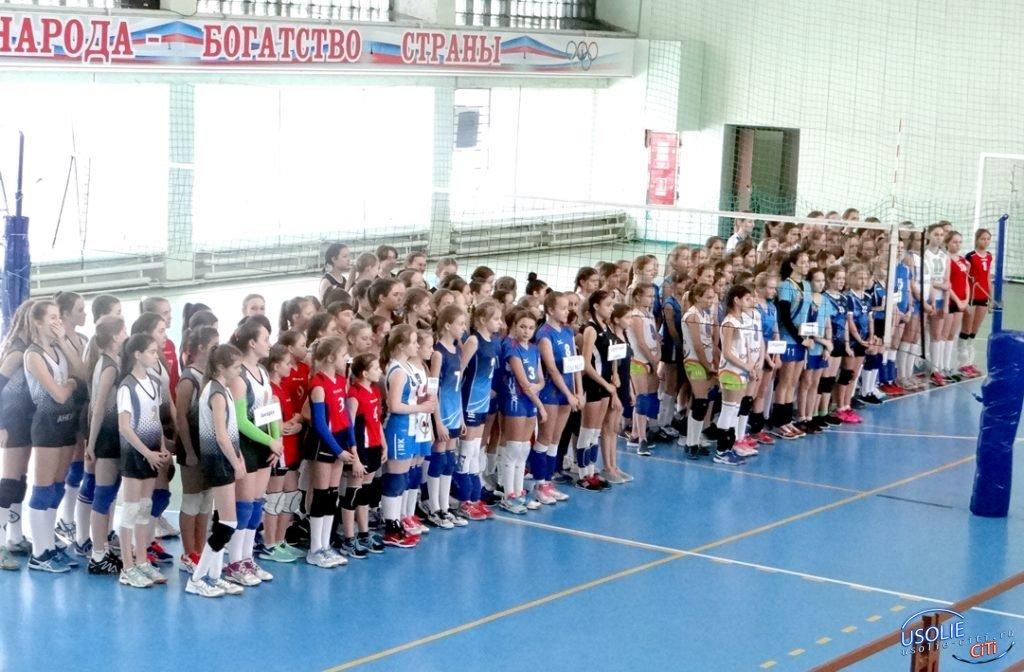 Мяч над сеткой: Усольские волейболистки участвуют в турнире