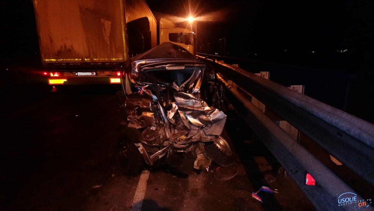 В Усольском районе иномарку разорвало после столкновения с грузовиком. Водитель иномарки умер в больнице