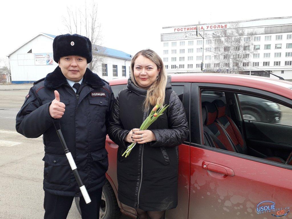 Усольские сотрудники ГИБДД поздравили женщин с весенним праздником