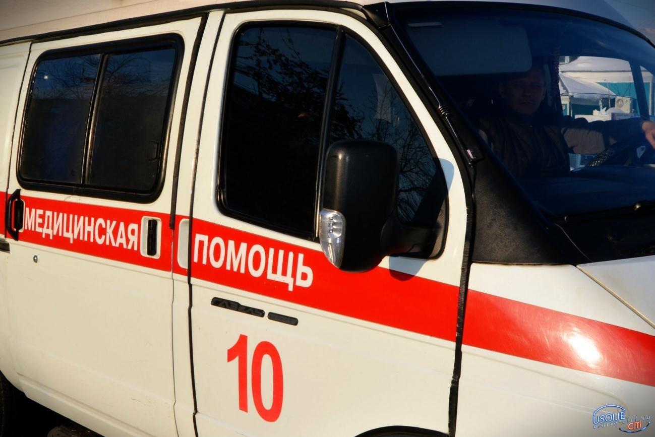 Чудом не убились: В Усолье на улице Коростова перевернулся автомобиль Mazda
