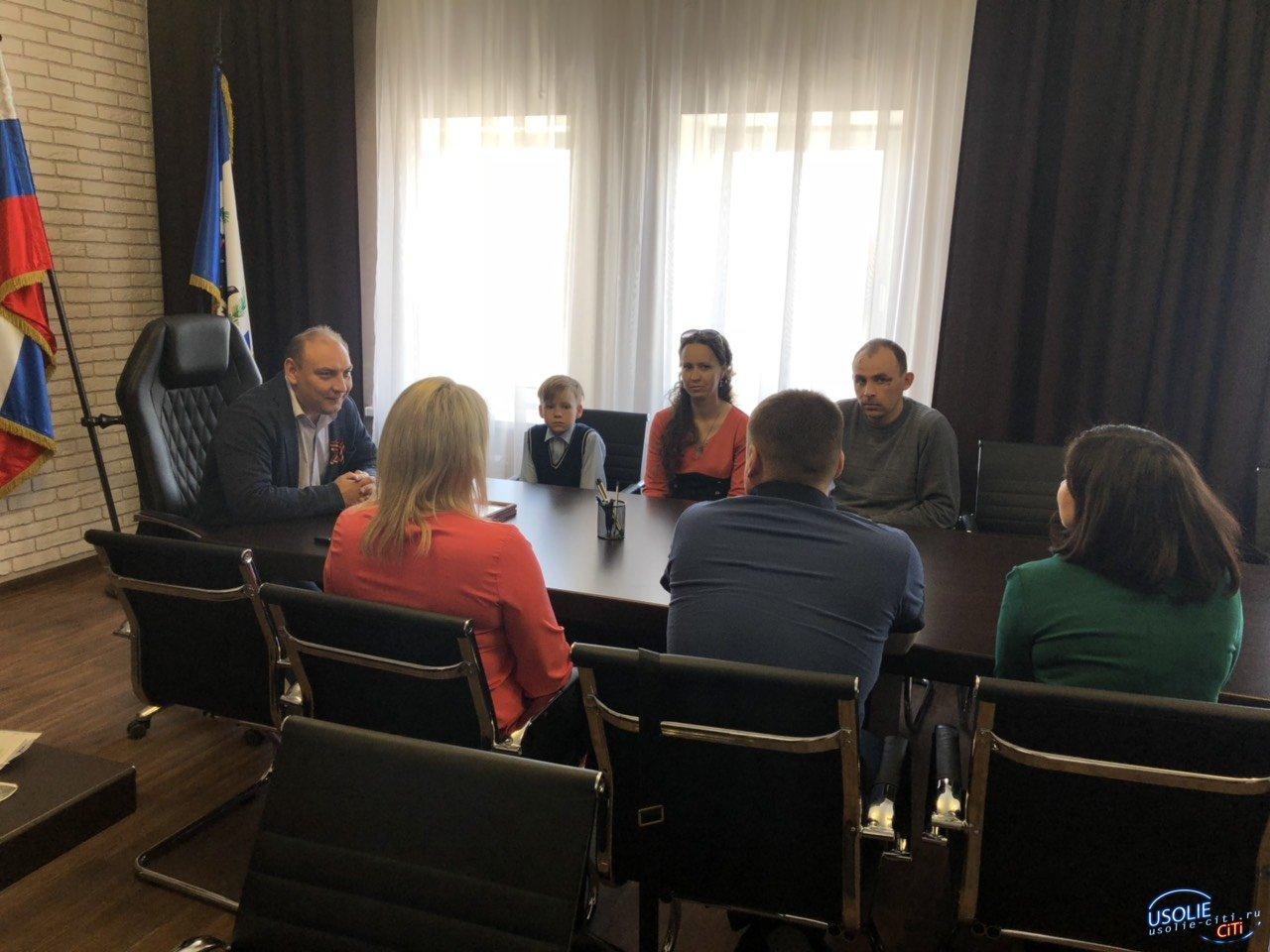 Мэр Усолья вручил сертификаты на приобретение жилья