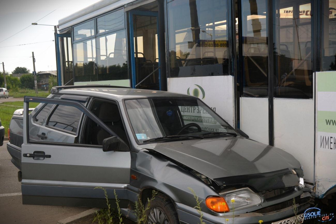 В Усолье большая авария: Пенсионер пошел на таран с трамваем