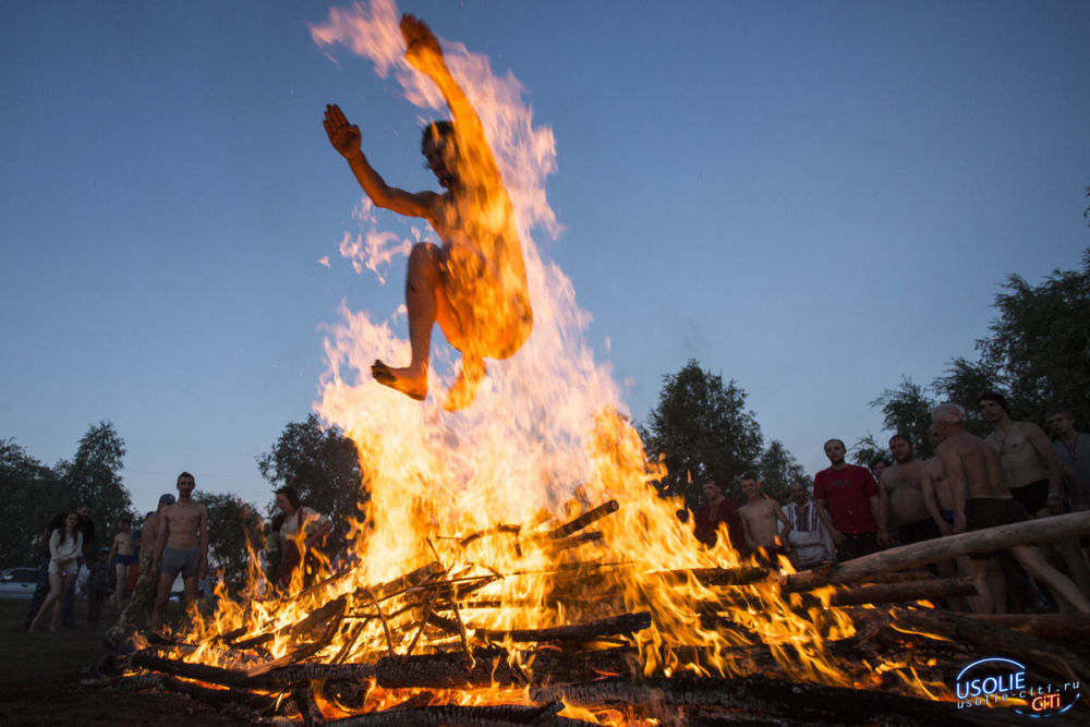 Усольчанин, совершая прыжок через костер, угодил в огонь