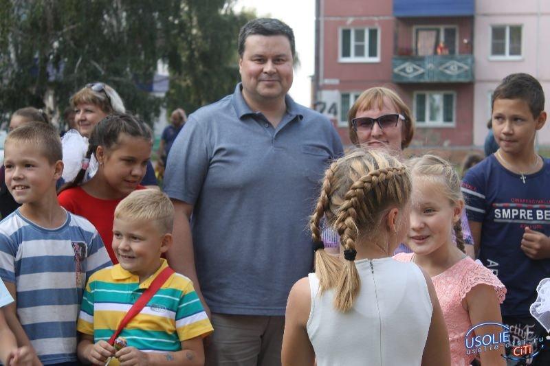 Вадим Кучаров установил детскую площадку и подарил праздник