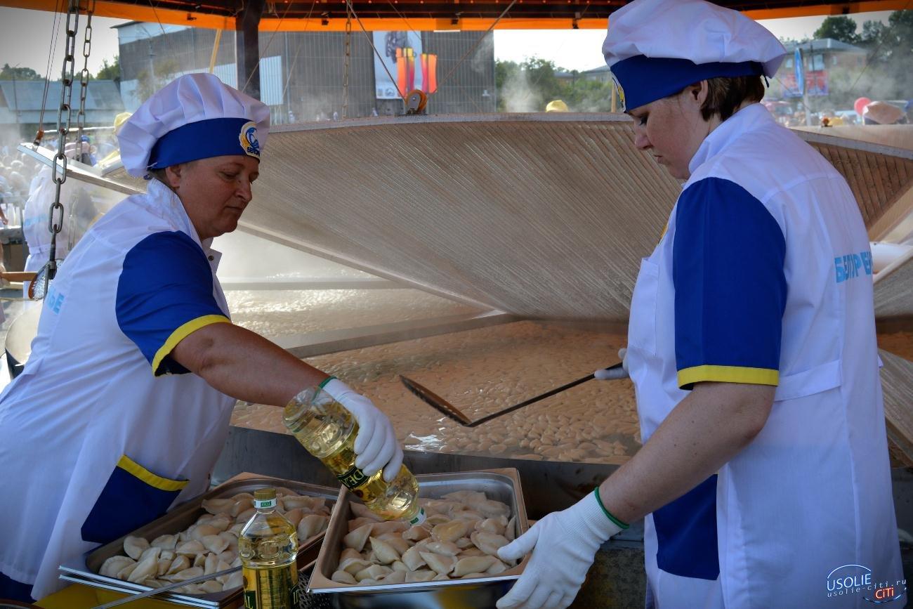Слепили из того, что было: 11 350 вареников съели в Усолье