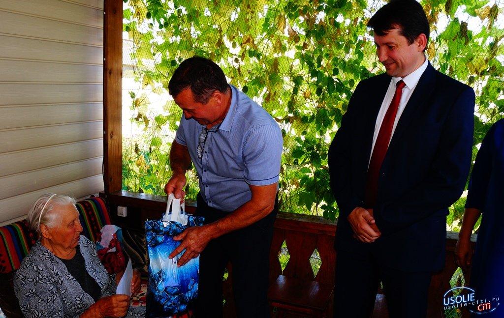 Виталий Матюха вручает  юбилярам -долгожителям  Усольского района поздравления от Путина