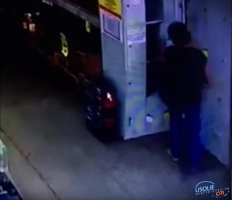 Видео. В Усолье женщина обокрала покупателя продуктового гипермаркета