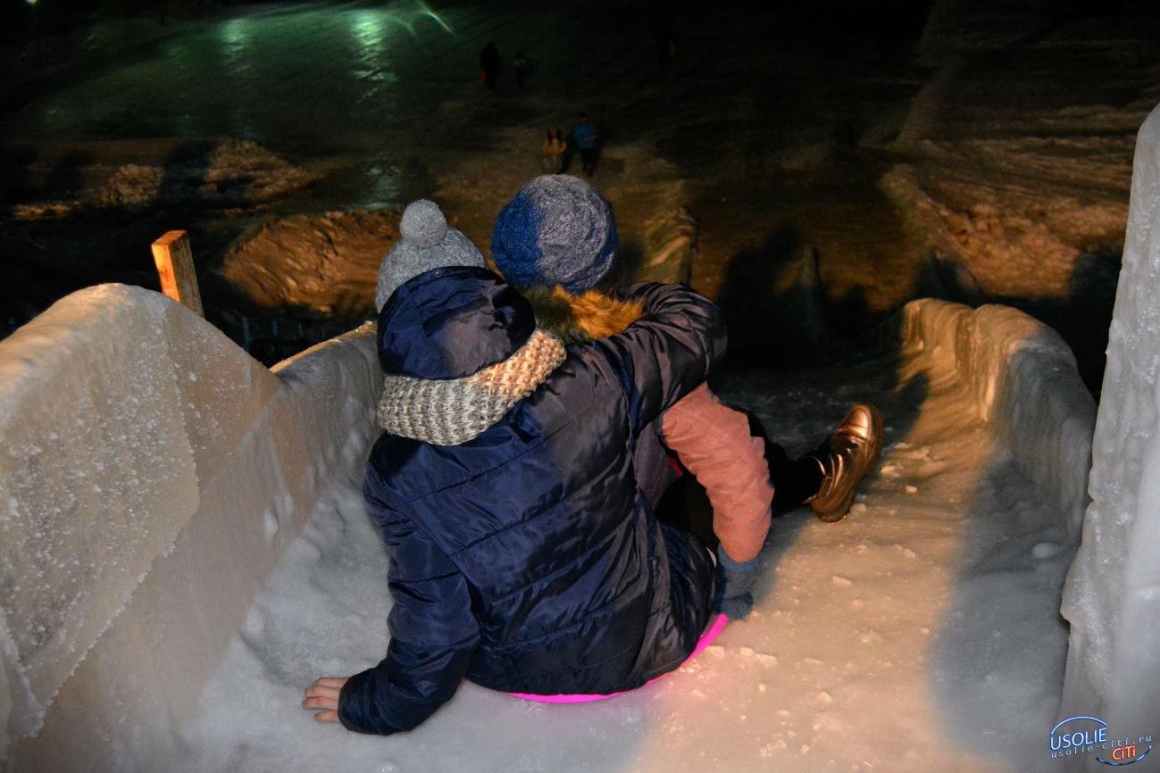 Ночью в Тельме освятили горки и ледяной городок
