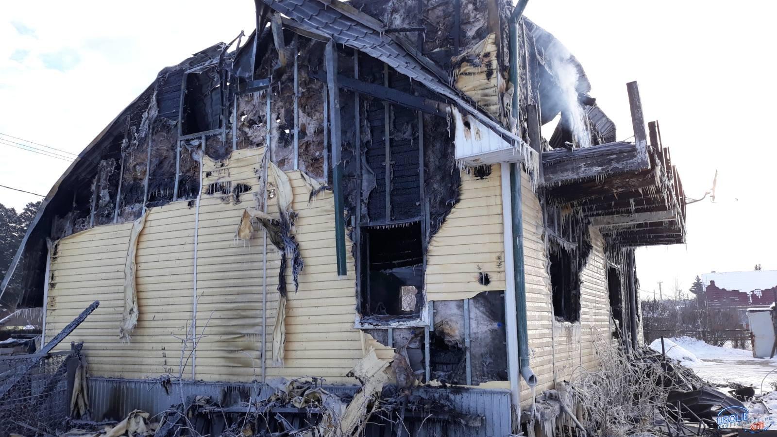 Два дома, две бани, два гаража и один автомобиль сгорели в Усолье