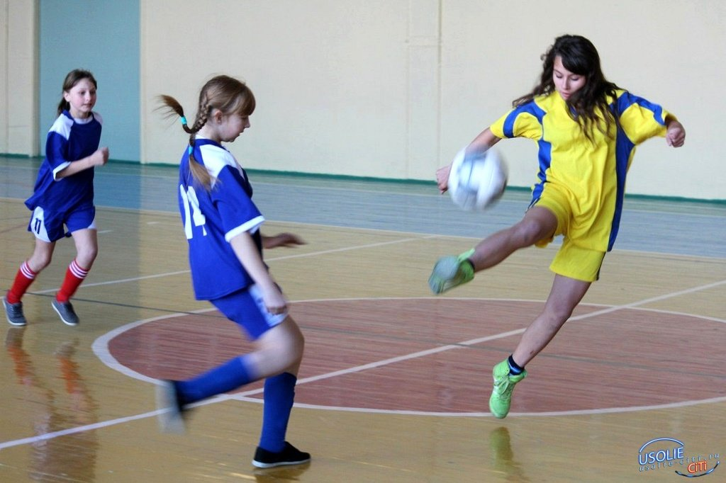 В футбол в Усолье теперь и девушки играют