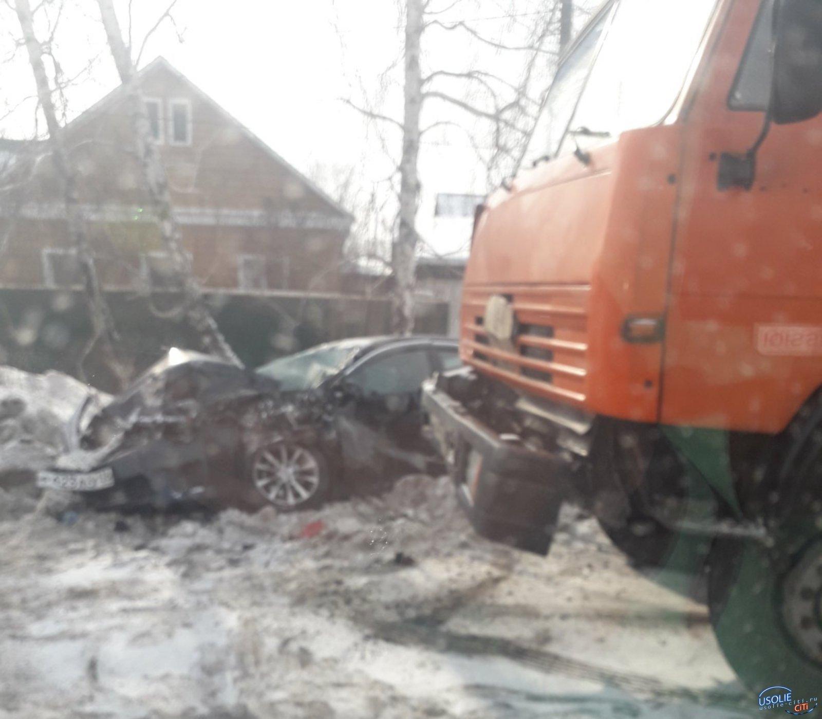В Усолье столкнулись иномарка и грузовик - двое пострадавших