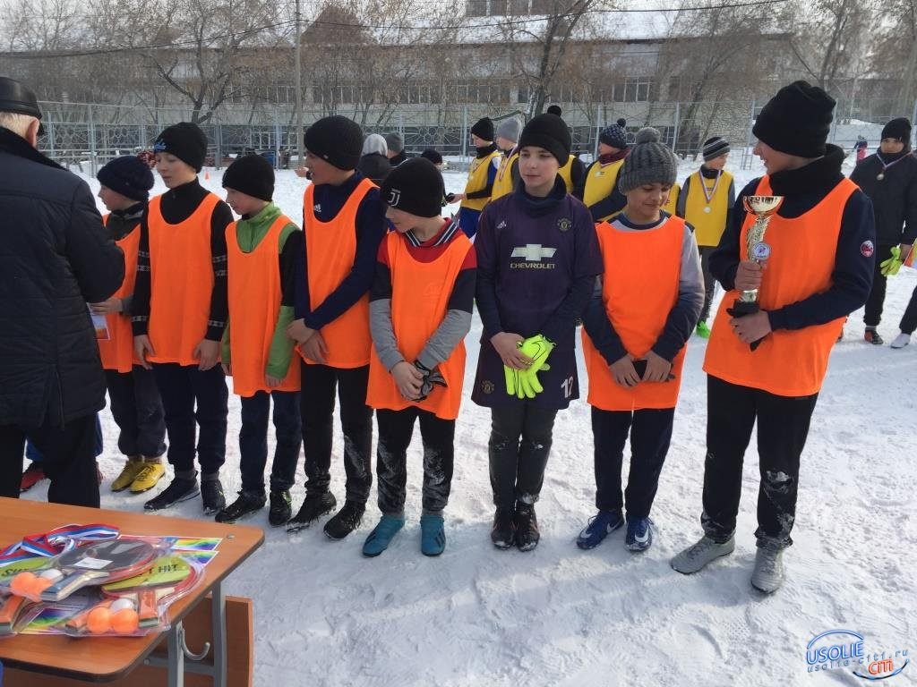 Ребята нашего двора играли в футбол в Усолье