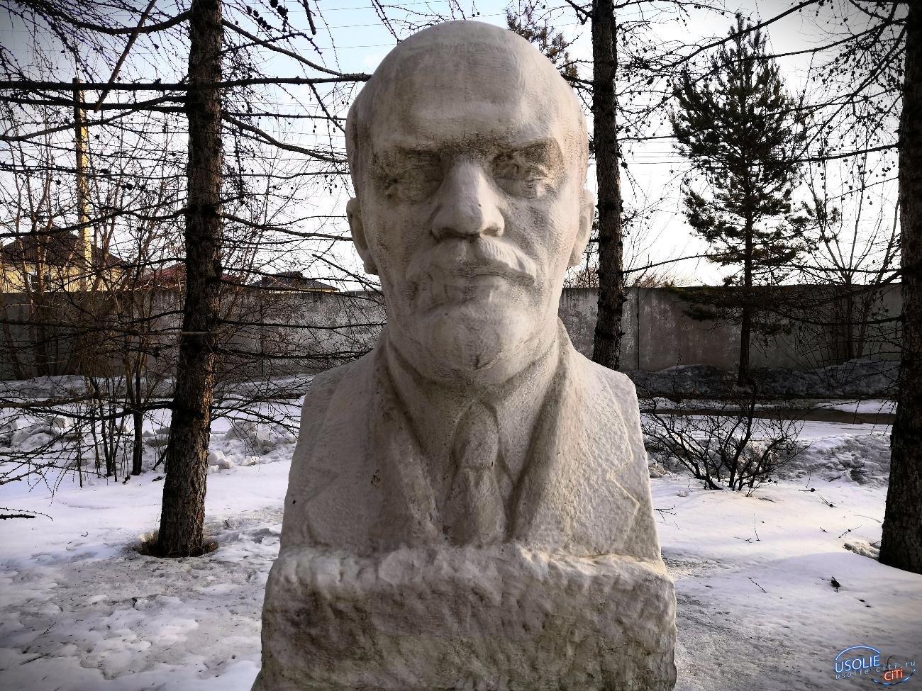 Грязный и обшарпанный Ленин в Усолье стоит