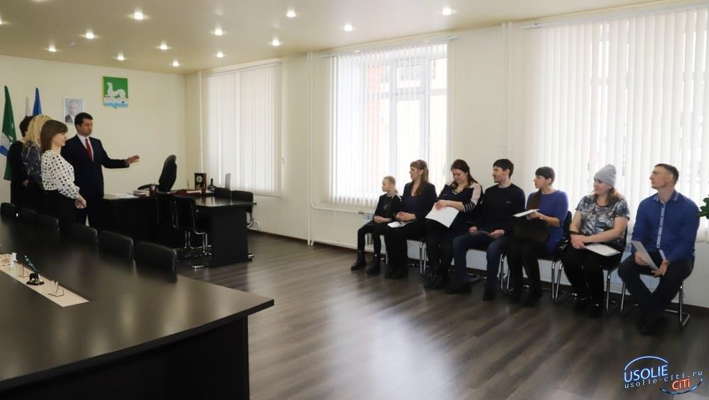 Пяти молодым семьям Усольского района вручили сертификаты на приобретение жилья