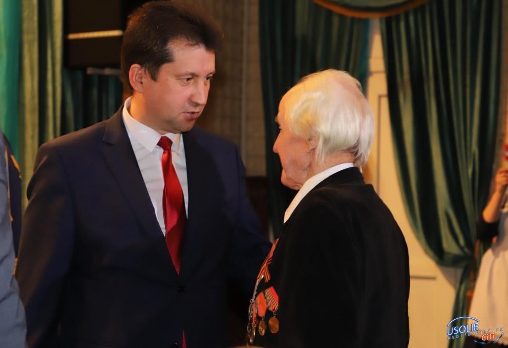 Виталий Матюха вручил медали ветеранам Усольского района