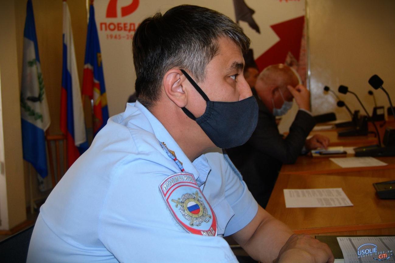 Сотрудники полиции контролируют масочный режим в Усолье