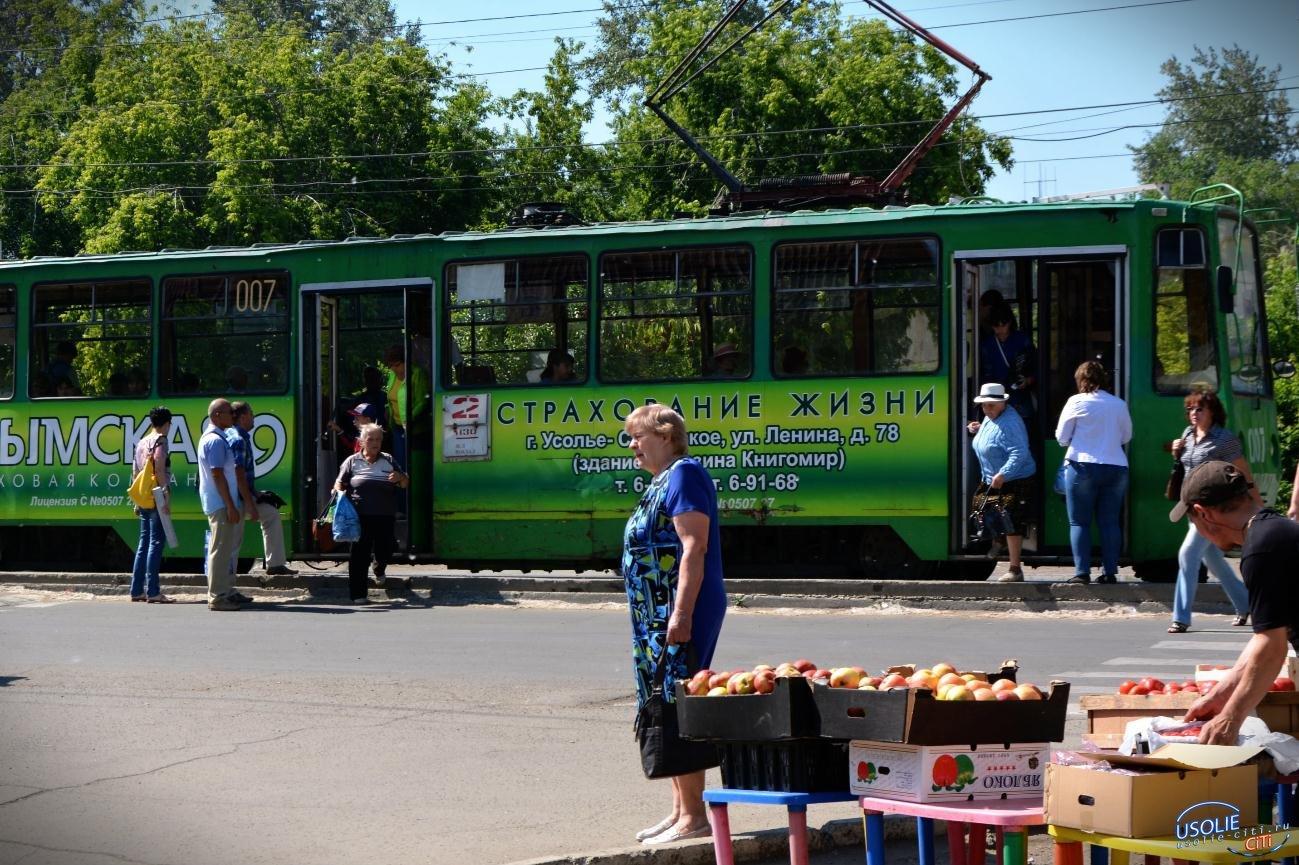 Усольчанка попала под колеса автомобиля на трамвайной остановке