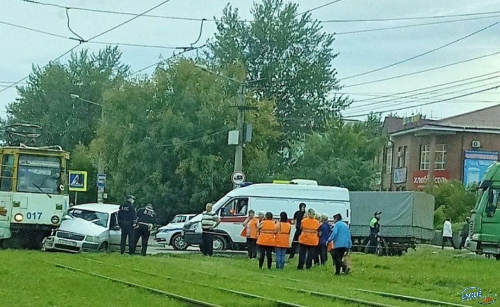 В Усолье трамвай столкнулся с иномаркой