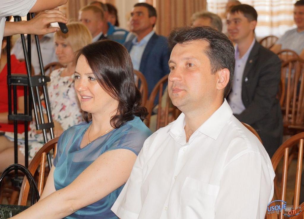 Виталий Матюха и Надежда Глызина поздравляют дошкольных работников
